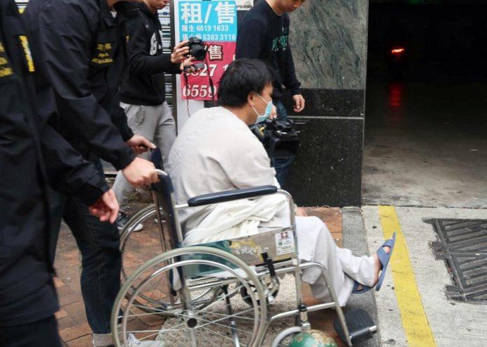 涉搶劫拒捕及襲警的姓付疑犯早上坐輪椅由司警移送檢察院處理