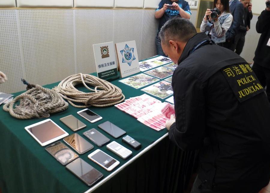 澳門司警展示協助「人蛇」偷渡攀山步行用的繩索等涉案證物