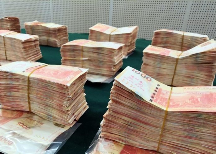 再有賭客黑兌中伏失10萬人幣 換錢黨底面真鈔夾練功券博懵就逮