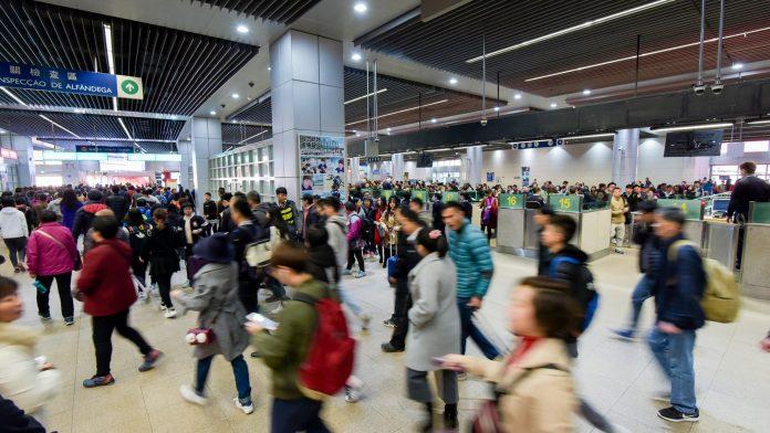 受廣東疫情影響上周出入境旅客跌逾2成 澳門不排除全民核檢