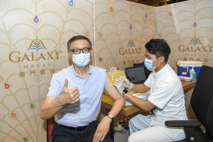 銀娛副主席呂耀東帶頭接種疫苗 鼓勵員工及家人助建免疫屏障